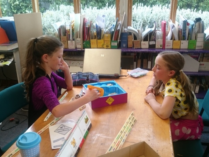 Tamariki School: Playing the game Construct a Sentence.